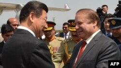 巴基斯坦新闻部发布的照片显示中国国家主席习近平同巴基斯坦总理谢里夫握手(2015年4月20日)