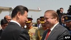 習近平周一上午到達伊斯蘭堡附近的努爾汗空軍基地時﹐巴基斯坦總理謝里夫到場迎接時兩人握手。