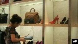 Dân Trung Quốc mua sắm hàng hóa cao cấp