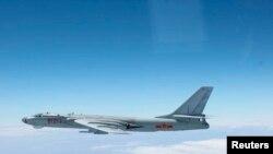 日本军方发布的图片显示一架中国H-6战略轰炸机在太平洋上空飞行(2013年10月27日)