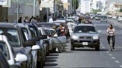 صف طويل اتومبيلها در مقابل پمپ بنزينها در پايتخت ليبی