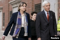 Bà Judy Clarke, trái, và ông David Bruck, hai luật sự biện hộ cho Dzhokhar Tsarnaev, cố gắng giúp Tsarnaev thoát khỏi án tử hình.