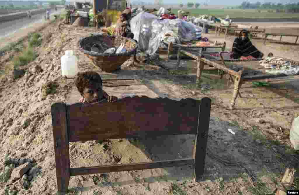 بسیاری از ساکنان مناطق سیل زده خانه و تمام لوازم زندگیشان را در سیل از دست دادند – مولتان، ۲۲ شهریور ۱۳۹۳