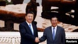 Chủ tịch Trung Quốc Tập Cận Bình và Thủ tướng Campuchia bắt tay tại văn phòng thủ tướng ở Phnom Penh, Campuchia, ngày 13 tháng 10, 2016.