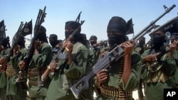Islamist fighters loyal to Somalia's al-Qaida inspired al-Shabab group perform military drills at a village in Lower Shabelle region, some 25 kilometers outside Mogadishu (February 2011 file photo)