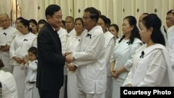 Thaksin shakes hand with Prime Minister Hun Sen when he attended the funeral ceremony of Hun Sen's father.