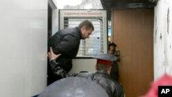 2013年9月26日俄罗斯警察押送绿色和平组织活动家到俄罗斯摩尔曼斯克法院