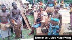 Les pygmées, membres d'un groupe de danse du département du Lom et Djerem, région de l'est au Cameroun, le 3 août 2017. (VOA/Emmanuel Jules Ntap)