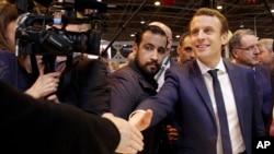 Fransa Cumhurbaşkanı Emmanuel Macron ve koruması Alexandre Benalla (Arka ortada)