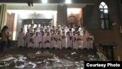 浙江省温州市基督教徒在被拆除的教堂废墟上唱歌 (网络图片)