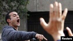 活动人士多马2013年2月4日在开罗举行的活动人士甘迪和萨阿迪的葬礼上呼喊反埃及总统穆尔西和穆斯林兄弟会的口号