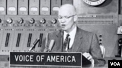 Prezident Dvayt Eyzenhauer Amerikanın Səsində çıxış edir.