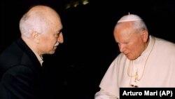 Fethullah Gülen 1998'de Vatikan'a giderek Papa 2. Jean Paul'le görüşmüştü (Foto: AP)