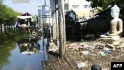 Rác tràn lan trên một con đường bị lụt trong tỉnh Ayutthaya