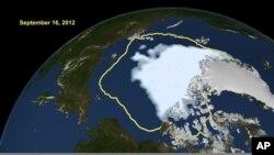 Bela masa na snimku NASA-e pokazuje količinu leda na Arktiku tokom leta 2012, a žuta linija označava srednju vrednost količine leda za period od 1979. do 2000. godine.