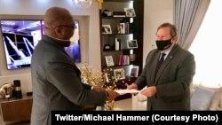 "Ntoma ya Amerika na Kinshasas, Michael Hammer ""Nzita"" (D) apesi mokanda ya président Trump na président Félix Tshisekedi na Kinshasa, RDC, 28 juin 2020. (Twitter/Michael Hammer)"