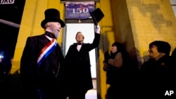Un actor vestido de Abraham Lincoln, saluda en la estación del tren en Gettysburg, Pensilvania, para celebrar el 150 aniversario del famoso discurso.