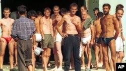 Zarboljenici ispred hangara u zatočeničkom objektu u Dretelju kod Čapljine u septembru 1993. godine