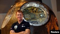지난해 11월 국제우주정거장 여행에 앞서 기자회견을 가진 영국의 우주비행사 팀 픽. (자료사진)