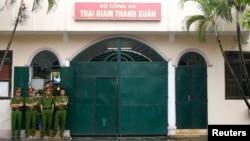 Công an canh gác bên ngoài trại giam Thanh Xuân, Hà Nội. Theo thống kê của Liên đoàn Quốc tế Nhân quyền FIDH, Việt Nam là nhà tù lớn nhất tại khu vực Đông Nam Á giam giữ tù nhân chính trị.