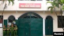 Ảnh minh họa: Cảnh sát đứng gác tại nhà tù Thanh Xuân ở ngoại ô Hà Nội, ngày 29 tháng 8, 2010.