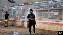 Un policier pakistanais garde un site qui a subi une attaque terroriste à Lahore, Pakistan, le 27 mars 2016.