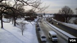 Cars traveling on the George Washington Memorial Parkway, Washington, D.C. (Diaa Bekheet/VOA)