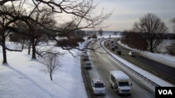 Cars traveling on the George Washington Memorial Parkway, Washington, D.C. (Diaa Bekheet/VOA)