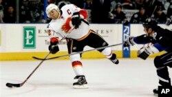 Голевой бросок Джерома Игинлы в матче Calgary Flames против Tampa Bay Lighting. 13 декабря 2007 г.