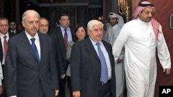 10月31号叙利亚外长穆阿利姆(中)在多哈参加阿盟会议后带领代表团离开会场