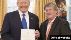En esta foto de archivo de la Embajada de Ecuador en Washington, se observa al presidente de EE.UU. Donald Trump y al ahora exembajador de Ecuador en EE.UU., Francisco Carrión.