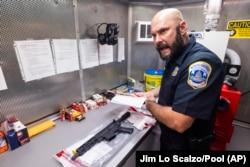 Wayne Garrish, detektif di Kepolisian Metropolitan DC, membahas senjata buatan AR-15 yang disita di pusat komando Biro Alkohol, Tembakau, dan senjata api di Washington DC, Kamis, 22 Juli 2021. (Foto: Jim Lo Scalzo/Pool via AP)