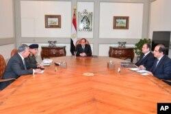 عبدالفتاح السیسی به همراه وزرای امنیتی وضعیت را بررسی می کند