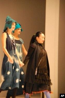 徐秋宜(右一)今年一月參加香港時裝節,展示她設計的藍染服裝。