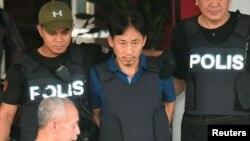 Warga Korut, Ri Jong Chol (tengah), yang telah ditahan sejak 17 Februari, diserahkan kepada petugas imigrasi Malaysia untuk dideportasi (foto: dok).