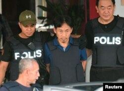 지난 2017년 3월 북한 김정남 암살 사건 용의자로 체포됐던 리정철(가운데)이 쿠알라룸푸르 세팡 경찰서에서 방탄조끼를 입은 채 공항으로 향하는 차에 오르고 있다. 리정철은 이 날 북한으로 추방됐다.