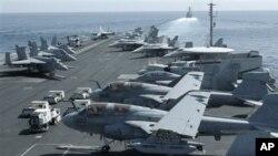 美國海軍林肯號航空母艦甲板上的戰機