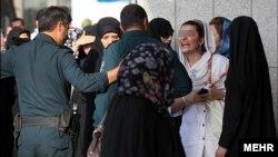 زنان در ایران در اماکن عامه نباید لباس سفید و روشن به تن داشته باشند.