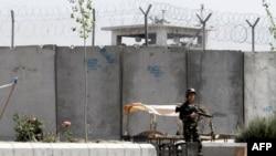 Stražar ispred zatvora u južnom Avganistanu iz koga je u nedelju pobeglo gotovo 500 zatvorenika