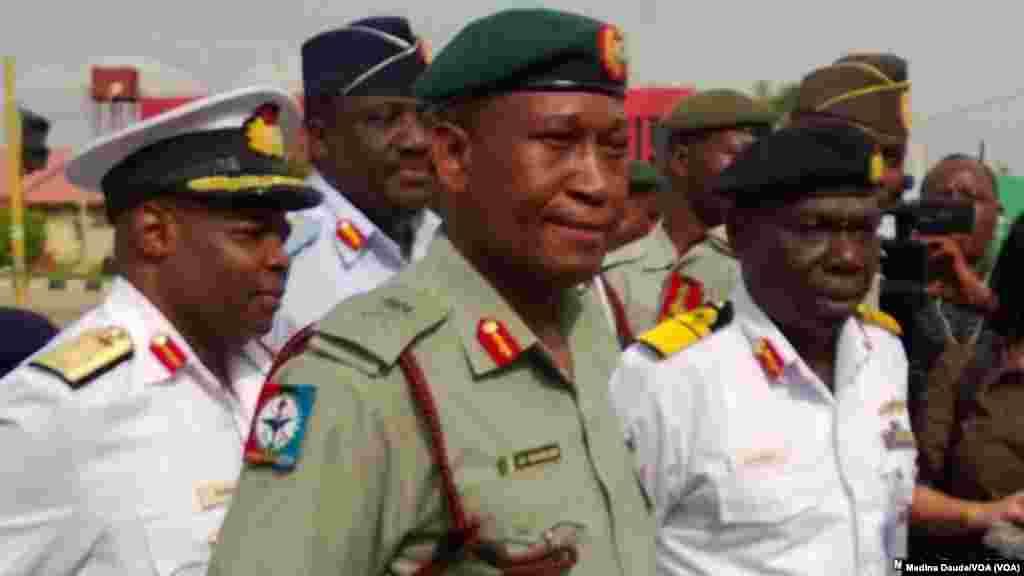 Manjo-janar Chris Olukolade da Rear Admiral E.O. Ogbor su na jawabi ga masu zanga-zanga yau talata a hedkwatar rundunar sojojin Najeriya a Abuja.