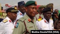 Manjo-janar Chris Olukolade da Rear Admiral E.O. Ogbor su na jawabi ga masu zanga-zanga a hedkwatar rundunar sojojin Najeriya a Abuja.