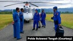 Polisi bantu pencarian korban hilang dalam kecelakaan kapal speedboat Fajar dengan helikopter Helly Dauphin AS 365 N3 dari Baharkam Polri. Selasa, 3 November 2020.(Foto: Polda Sulawesi Tengah)