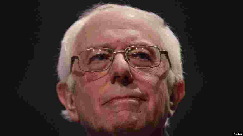 """Bernie Sanders, l'autre candidat démocrate, prend la parole à Essex Junction, où se tient sa soirée électorale du """"Super mardi"""", 1er mars 2016."""