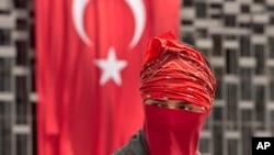 伊斯坦布尔的塔克西姆广场上一位抗议者站在国旗前面