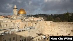 گذرگاه معروف به «باب الحوطی» به در خروجی مسجد الاقصی نزدیک است.