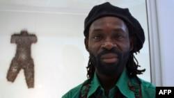 Freddy Tsimba devant l'un de ses trois bustes confectionnés avec des douilles, lors d'une exposition, le 29 mars 2011.
