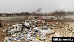 انباشت نخاله در مقابل سازه سیمانی نشان دهنده گور دسته جمعی اعدام شدگان ۶۷ در اهواز