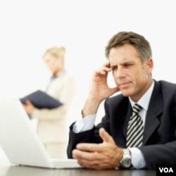 Usahakan sikap tubuh Anda tetap rileks saat bekerja.