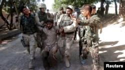 2013年6月19日阿富汗安全部队在贾拉拉巴德省捕获塔利班激进分子(资料照片)