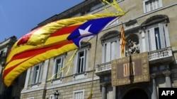 Прапор, що символізує незалежність Каталонії - поруч з вивішеним офіційним каталонським прапором під час пронезалежницької демонстрації у Барселоні 2018р.